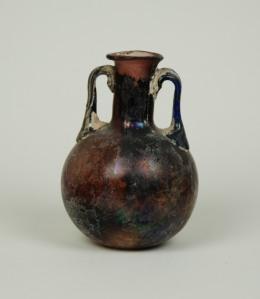 Aubergine two-handled bottle, 1st C, H: 8 cm